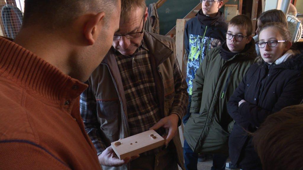 Des élèves visitent une menuiserie