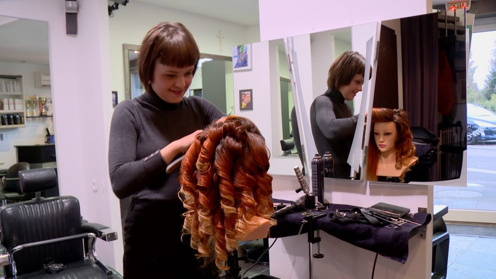 Léa Delandhuy se prépare aux olympiades nationales de coiffure