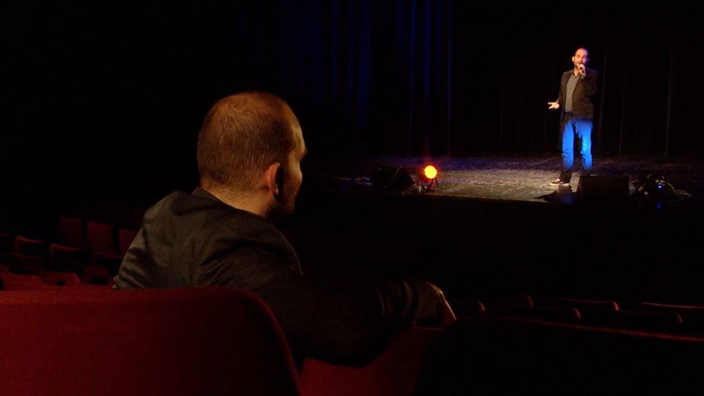 Jérémy Tauziede interprète « Face à Toi », une de ses compositions, sur la scène du Casino des Faïenceries