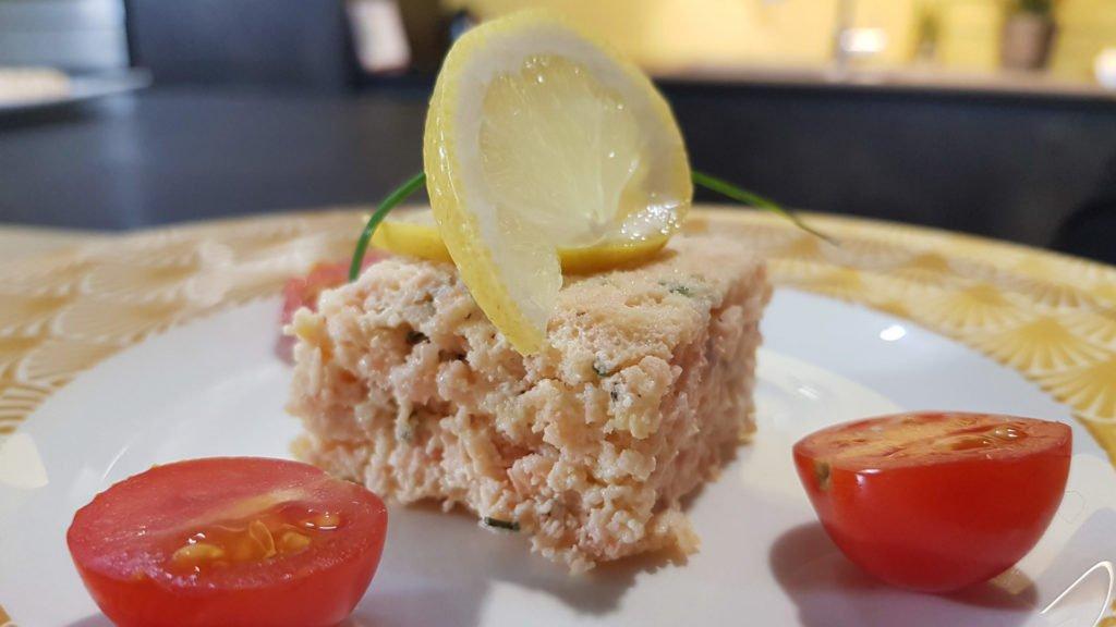 Françoise Sallerin prépare une terrine au saumon et crevettes