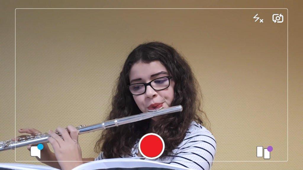 Charlotte joue de la flûte traversière