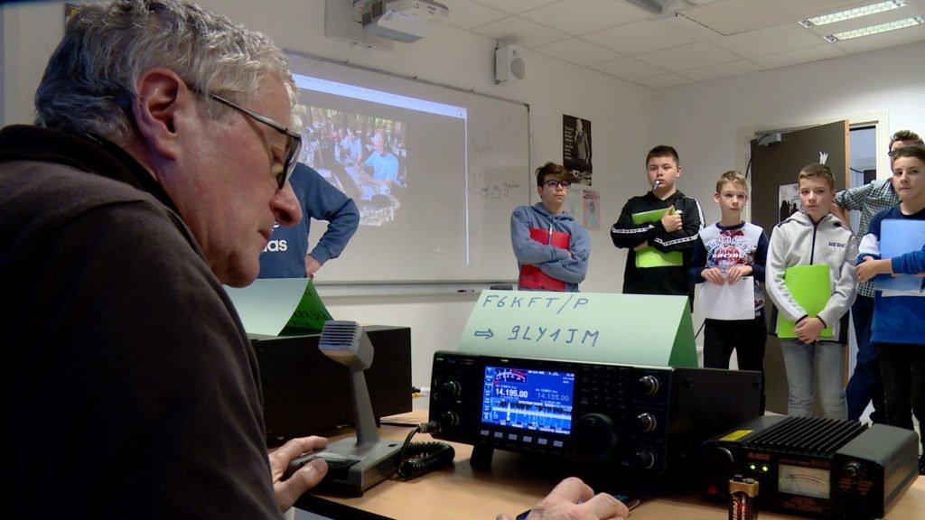 Des collégiens à la découverte du radio-amateurisme