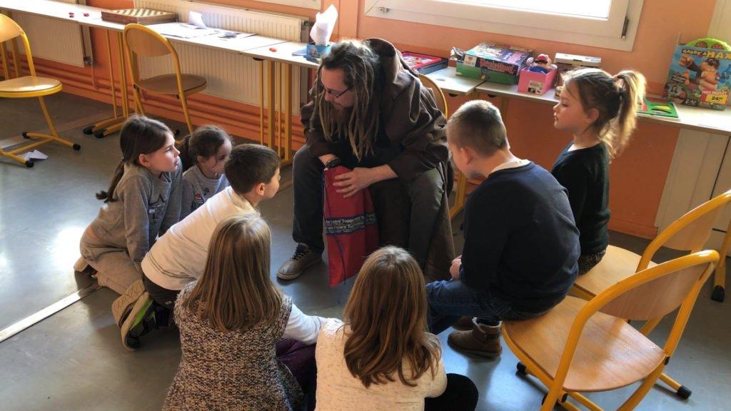 Grand jeu des enfants pendant le centre aéré
