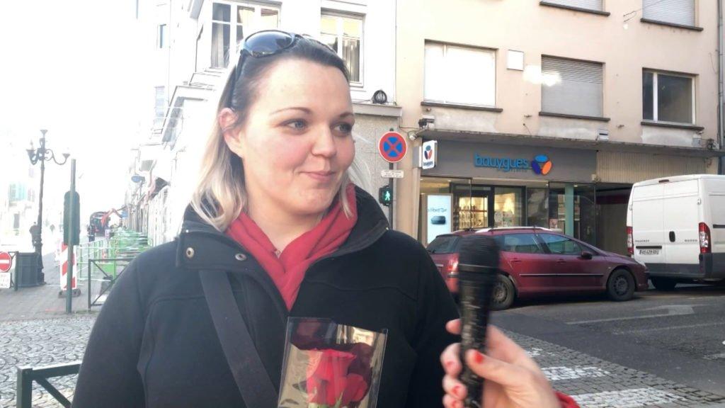 Mosaïk Cristal offre des roses aux passants pour la Saint-Valentin