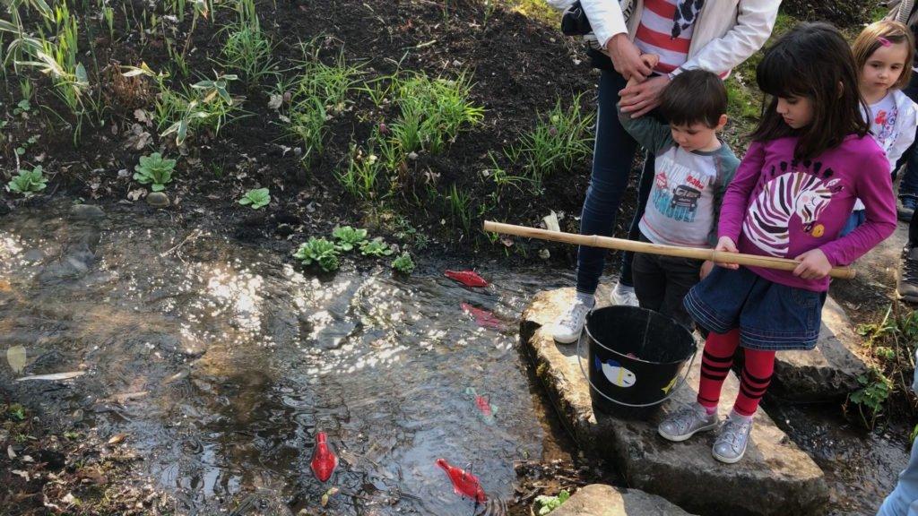 Les enfants à la pêche au poisson d'avril