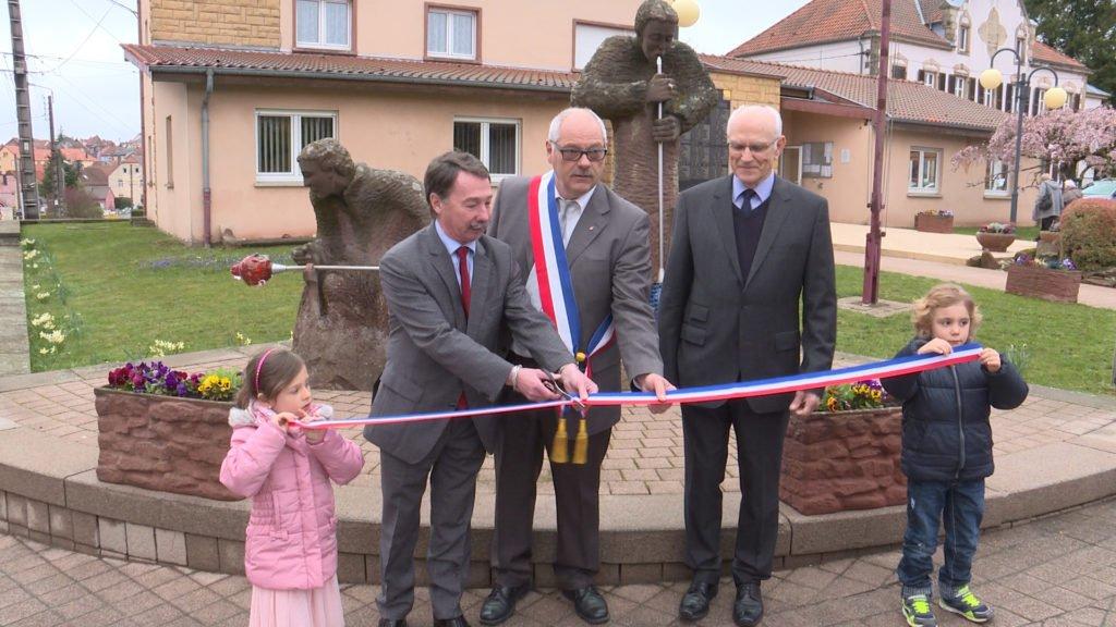 Retour sur trois événements à Lemberg : l'inauguration de la restauration du monument des Verriers, l'honorariat de l'ancien maire et une remise de médailles pour le maire actuel.