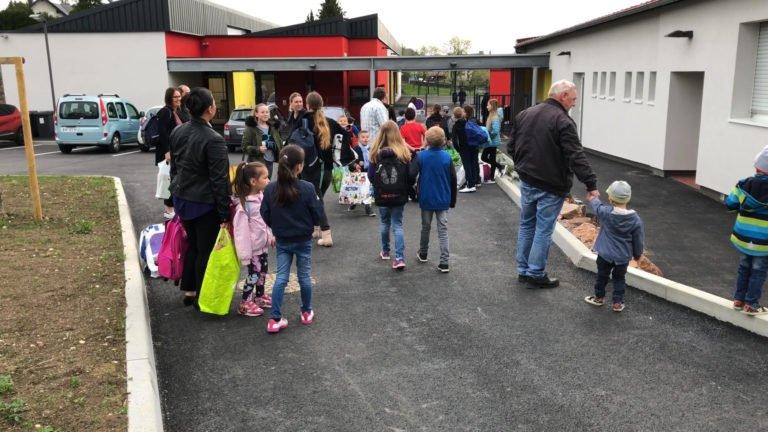 Les enfants découvrent leur nouvelle école