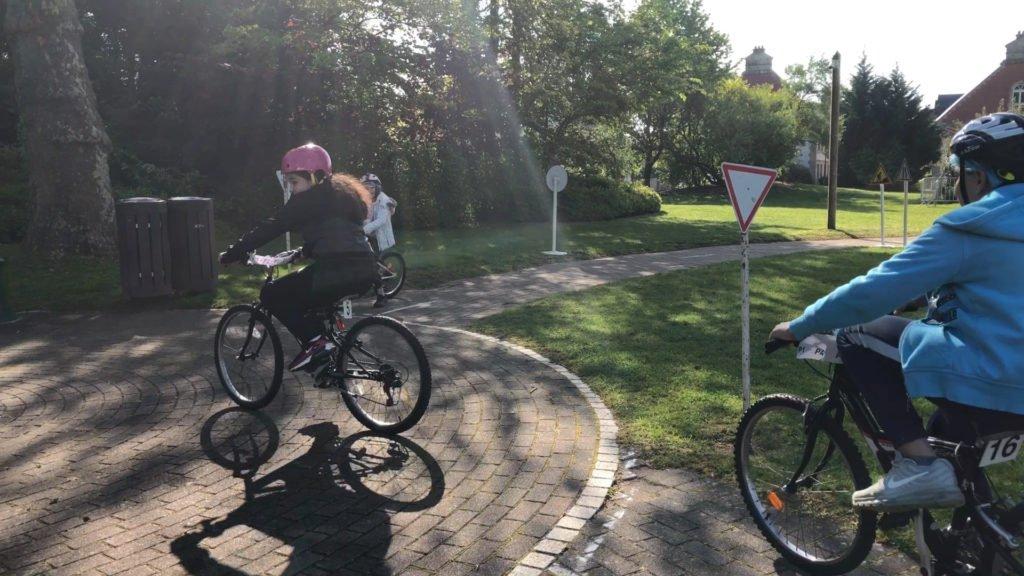 Son premier examen de conduite… en vélo !