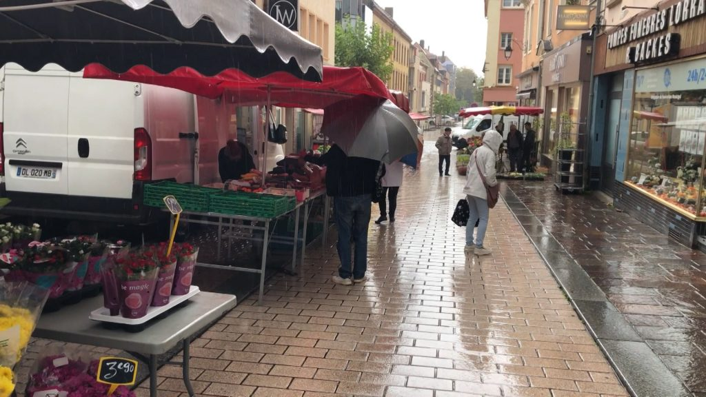 Faire son marché sous la pluie