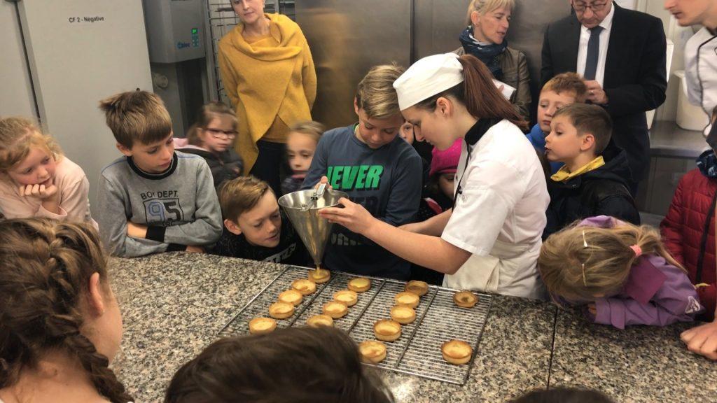 Les enfants découvrent l'univers de la pâtisserie