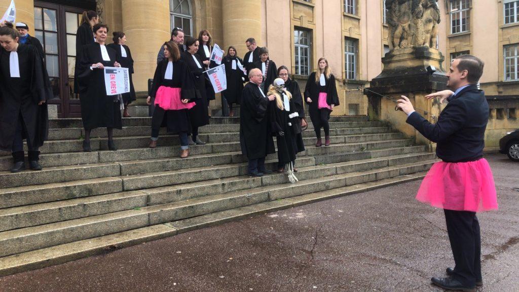 Flashmob des avocats en tutu