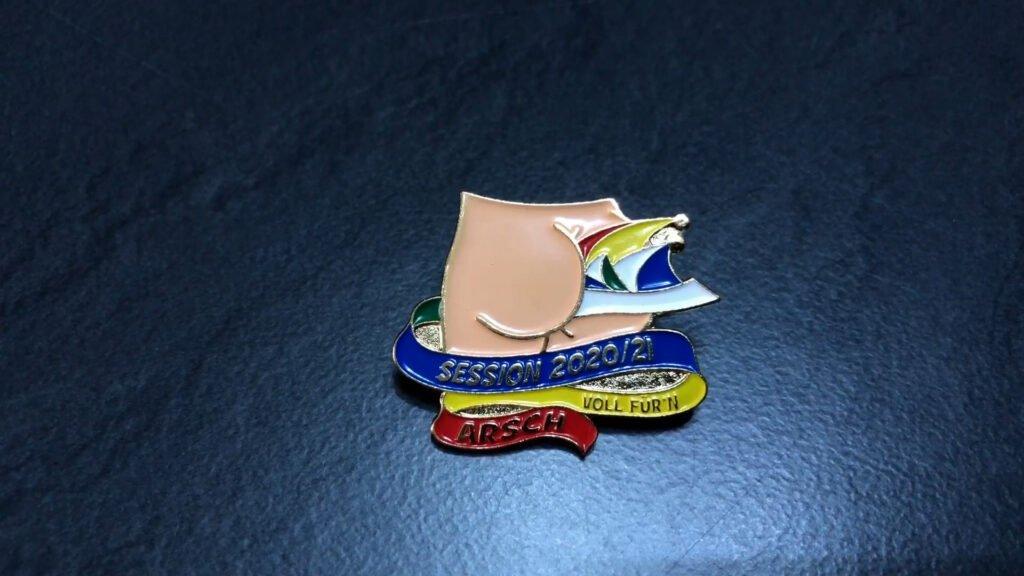 Un pin's pour témoigner de l'annulation du carnaval cette année