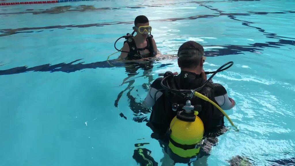Apprendre la plongée à la piscine